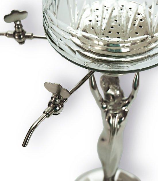 Detail absintové fontány se čtyřmi kohoutky a se skleněnou nádobou.