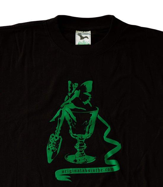 Detailní pohled na potisk absinth na černém bavlněném triku
