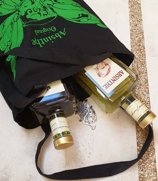 Detail absintové skleničky a absintová lžička s cukrem