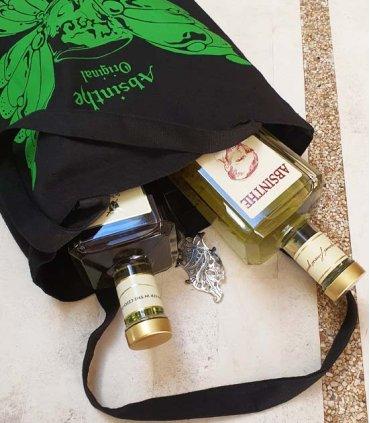 Absintová sklenička a absintová lžička s cukrem