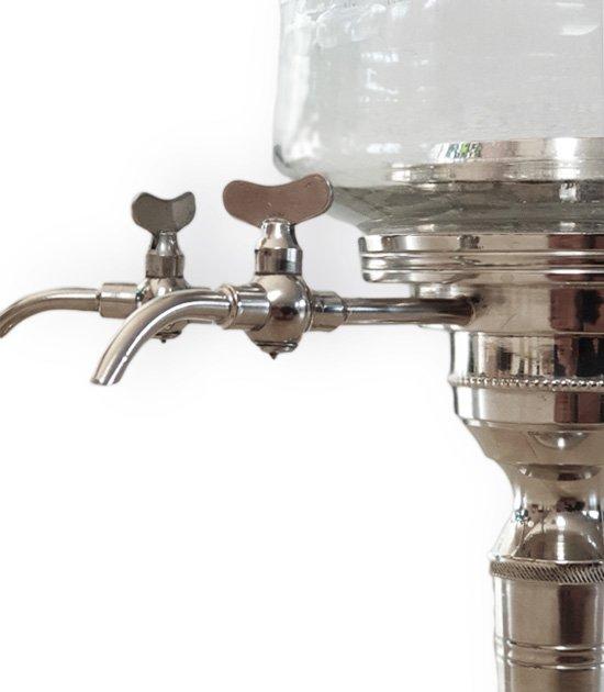 Kovové kohoutky absintové fontány.